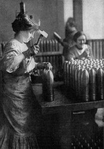 Mujeres francesas trabajando en una fábrica de municiones
