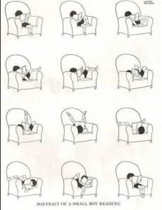 Niño leyendo en butaca de todas las posturas