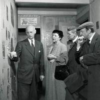 Otto Frank junto a los escritores teatrales Goodrich y Hackett en la Casa de Atrás