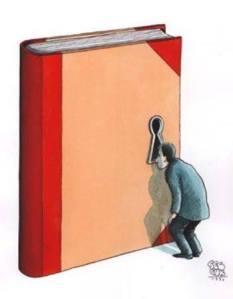 Libro con cerradura y hombre mirando