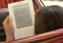 Mujer leyendo un Kindle