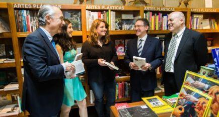Alba Quintos y Clara Cortés recibiendo el premio