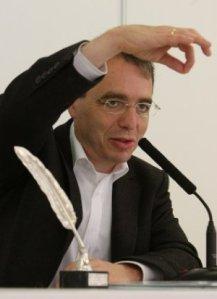 DAvid Safier recogiendo la Pluma de Plata enla Feria del Libro de Bilbao